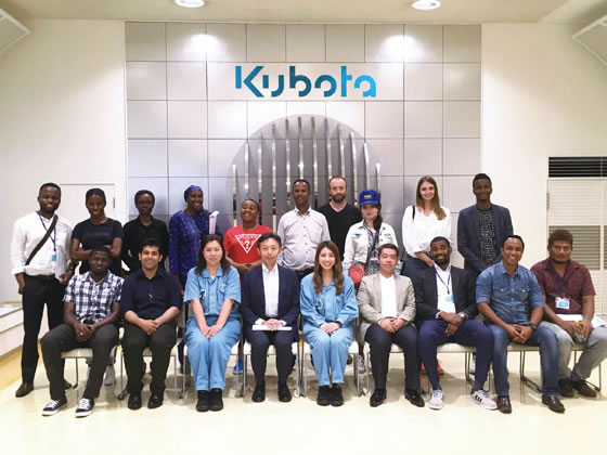 Commemorative photo with the people at Kubota who helped the participants.