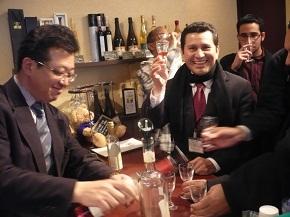 プレゼンテーションの後、蜂蜜酒「ミード」を試飲させてもらう研修員。