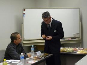 持参したドライフルーツについて、柴社長からアドバ イスをもらうコスタリカの研修員。