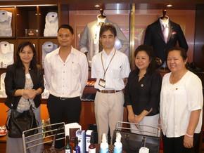 本社店舗を拝見した後に小林取締役を囲むラオス日本センターの講師と修了生。
