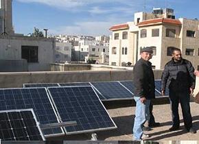ヨルダンに設置した太陽光発電システム。右端が研修員のカルドンさん。