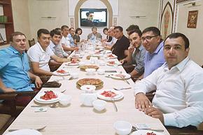 週に一度の昼食会、通称「プロフ(ウズベキスタン風ピラフ)の会」。 ウズベキスタンの経営者が集まる情報交換の場。