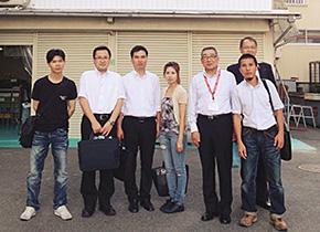 研修中の中で三元ラセン管工業( 株) を訪問し、高嶋博代表取締役から従業員育成や従業員満足のお話をうかがった後、工場を見学したベトナム人社員クオンさんと高田社長。(2014 年8 月)