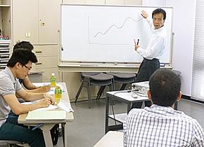 研修員に研修プログラムで学んでほしいことを説明する内海先生。(2015 年8 月)