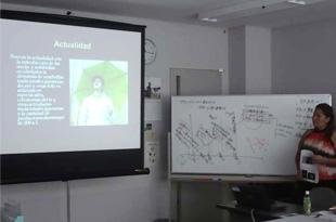 日吉屋の事例分析を発表するエルサルバドルの研修員。