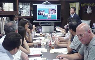 プレーリードッグでは、全社をあげて、研修員を迎えてくださいました。中央が同社の松岡代表取締役社長です。