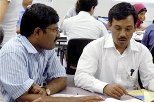 自国の政策の在り方について話し合うバングラデシュ銀行のアラム氏(右)とインドアンドラプラデシュ州女性協同組合・金融公庫のヴェンカト氏(左)