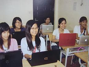阿部正行代表理事が指導するハノイ貿易大学の学生たち(この学生たちは今すでに日本で日本企業の正社員として働いています)