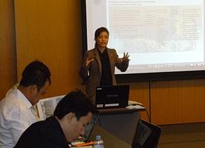 日本の観光事例から学んだことを発表するタイ観光・スポーツ省のウイットチャニイさん。