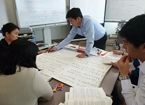 研修で学んだことをまとめるモンゴルの行政官。