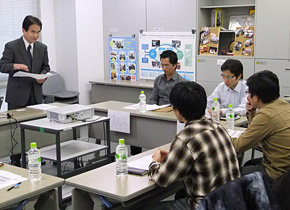 日、PREX 会議室においてベトナム人社員 管理者養成研修体験会を実施。近々現地拠点に社長として赴任する方を含むベトナム人社員4 名に参加いただきました。