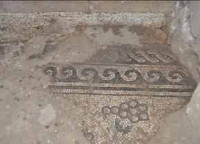 研修員が修復しているモザイク ( パレスチナ):遺跡からは発掘されるモザイクの修復を一手に担当するだけでは無く、関連のお土産の開発も担っている。
