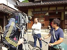 【智頭町】みたき園で地元テレビ局の取材を受ける研修員