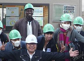 10月に「JICAミャンマー日本センター訪日研修」で(株)浜田を訪問した ミャンマーの研修員と、ココさん(後列中央)