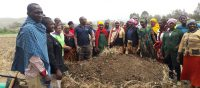 ディギナさんがメル―県の農家を集めて野菜作りの準備を指導している様子。