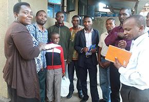 メルー県で農業開発のための若者のグループを作り、意見交換をする様子。帰国してから作った最初のグループの一つ。