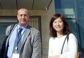 JICAパレスチナのサヘル氏とPREX国際交流部 奥村。パレスチナ資源エネルギー庁にて撮影。