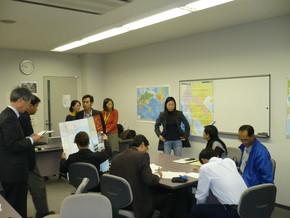 メコン地域の地図を前に、メコン周遊観光の魅力や 観光行政の課題などを話し合う研修員。左端が桂井講師。