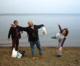 高島のコースを体験中、琵琶湖をバックにした一枚。水が貴重な中東の人々は、広大な湖の風景に皆はしゃいでいました。