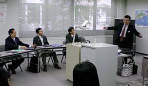 ベトナムの経営者らに日本の企業の現状について講義される上田先生