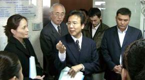 モンゴルで企業を訪問し経営指導される内海先生