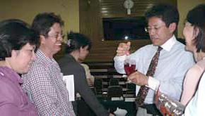 インドネシアにてセミナー参加者に指導される西社長