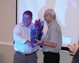 ニカラグアの帰国研修員が、新たに開発した地場産品を村田先生へ。