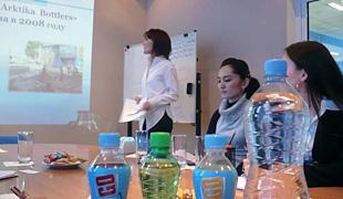 ウズベキスタンの帰国研修員所属企業「Arktika Bottlers」を訪問し、帰国後の活動や工場見学を実施しました。報告しているのは、同窓生のNargiz Kamalovaさん。
