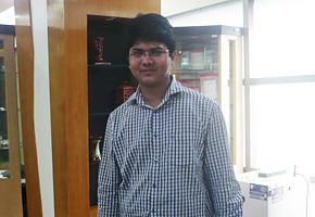 2012年2月にPREX職員が「PREX帰国研修員フォローアップ事業」でファヒムさんの所属するバングラデシュ中小企業振興財団を訪問しました。開設した中小企業のための情報・展示センターについて熱心に説明をしてくれるファヒムさん。