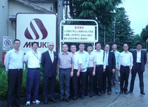 四日市工場にて研修員の質問にお答えいただいた奥村社長(左から3番目)と研修員。
