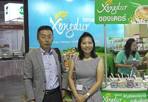 バンコク/Xongdur Thai Organic Food社展示会のブースにて(左が筆者森本)。