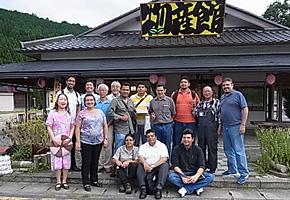 工房街道の活動拠点である三茶屋物産館前で先生方、職人さん達と。