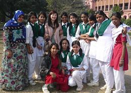 バングラデシュのアーサン・モンジールで 女子中学生に囲まれる筆者(左から4番目)。