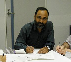2010年、日本での太陽光発電導入支援研修に参加したラーマン氏。