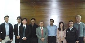 バングラデシュインフラ開発公社にて。ファーハン氏(2011年の研修に参加。写真右から6番目)と、レドワン氏を訪問(2012年の研修に参加。写真右から4番目)。