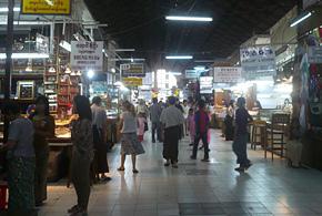 ミャンマーのマーケット。活気に満ち溢れていました。