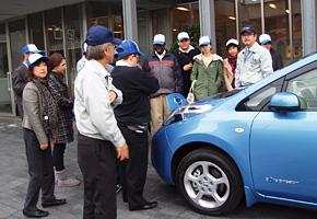嶋田社長から、電気自動車に装着されている 部品の説明をいただきました。
