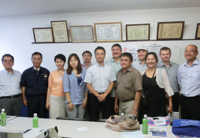 カザフスタンからの研修員との集合写真