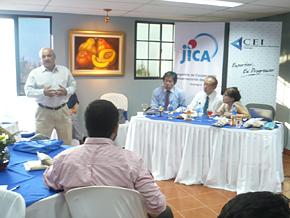 ニカラグア貿易投資センターで「FOODEX」での体験を発表する帰国研修員