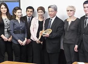 日本のマーケティングや顧客リレーションを学びにきた ウズベキスタンの研修員たちと山中勧社長。社長へのお土産はウズベキスタンのスイカ の珍味でした。