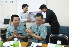 訪問終了時に研修委員からお礼のプレゼントも渡されました。(手前に座っているのはベトナム人の社員さんです)