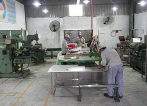 「5S」のボードが掲げられ、整理・整頓・清掃が行き届いた研修員の工場(iDMEA社、ハノイ)。