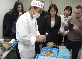 ウズベキスタンからの研修員が訪問。この日は餃子づくり体験はできませんでしたが、プロお手製の餃子を試食させてもらいました。(お店の餃子に使われるお肉は通常は豚肉ですが、今回は牛肉を使用していただきました)