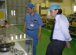 企業を訪問し生産管理について学んだ和合氏。(2008 年訪日研修時)