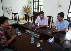 経営塾修了後も他の研修参加者との懇親会や工場に訪問するなど交流を続けています。 (2013 年9 月、PREX 職員訪問時)