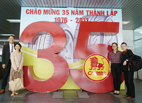 CASUMINA はベトナムでも有数のゴム製品(主にタイヤ)製造会社で今年35 周年を迎えたそうです。右から2 番目がレ・トゥ・フン氏。