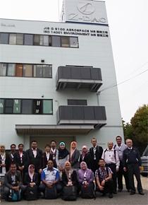 5月にゼロ精工を訪問したマレーシアの研修員。一番右側が同社の岡本会長