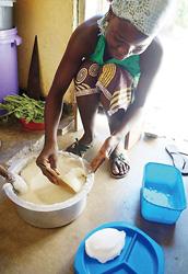 マラウイの主食「シマ」白トウモロコシを粉にして、お湯で練った団子のようなもの