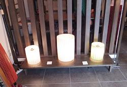 店舗に京和傘とともに並べられた美しい照明ランプ。