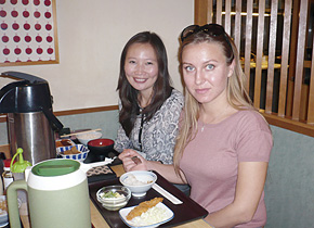 モンゴル財務省のビャンバーさん( 左)